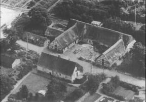 """Sønnichens gård """"Lundshøjgård"""", hvor mange hentede mælk ved stalddøren. Stuehuset er i dag præstebolig for sognepræsten i Malling."""