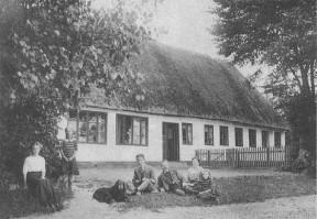 Seldrup gamle skole 1912. Foran huset: Lærerparret, August og Elisabeth Fogh, med deres børn.