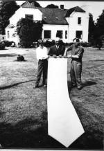 Tre generationer af Øvle-slægten mødtes i 1963 på Vejlgården. Fra venstre er det Kristian, Knud og Stig Øvle Kristiansen
