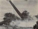 Foto fra Stiften. Den gamle skorsten giver efter for sprængstoffet grundlovsdag 1974.