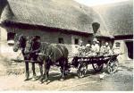 Aagaarden 1933 I høsttiden Aage Nielsen med børnene i vognen.