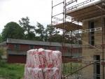 Beder-Malling Boligforening bygger boliger på Landbruggsskolens jord på Starupvej, i den tidligere forsøgshave. I baggrunden ses den gamle trælade fra ca. 1890, der blev fremstillet til en landbrugsudstilling i København