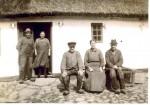 Lodshøj. 1935 i døren Ane Marie og Niels Pedersen Lodshøj. Forrest de 3 søstende fra højre Niels, Kirsten og Jørgen.