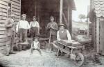 Teglværket - Teglbakken Fra venstre:  Karl Poulsen, teglbrænder,  Peder Daniel Pedersen,  Niels Johansen, Pedholt N.P. Rasmussen, Malling Ole P. Jensen, senere Malling - byggede Bakkehuset i 1928