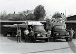 I gården hos Malling Stavfabrik og Savværk ses Bedford lastbilerne læsset med dritler til at pakke smør i. Fabrikant Aabye yderst til venstre. Næste er Aksel Kristiansen, så Hans, Mikael og Jens Nielsen. Foto ca. 1960