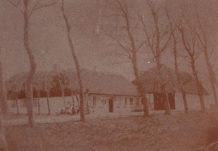 """Beder gl. Kro, Landevejen 97, ejes nu af Vagner Timmermann. Rejsestalden er nedrevet og ejendommen hvidkalket. Omkring 1890 flyttedes kroen fra """"Bakket"""", som det hedder på lokalsproget, og længere ind mod Beder by."""