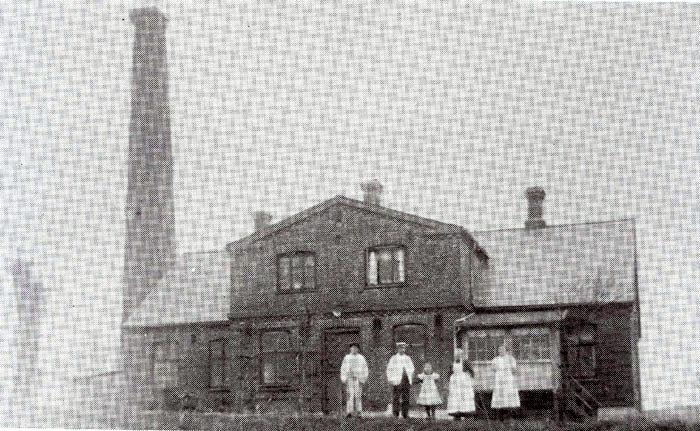 """Korskilde Mejeri ca. 1914. Mejeriet blev oprettet i 1892 på initiativ af en kreds af gårdejere og husmænd på egnen. Da det blev nedlagt 1. april 1946, købte mejeribestyrer Harald Holgersen bygninger og maskiner. Maskinerne blev solgt, og bygningerne blev derefter brugt af Harald Holgersen til ostelager, det kendte """"Korskilde Ostelager, som i 1962 blev overtaget af sønnen Viggo Holgersen. """"Korskilde Ostelager"""" blev nedlagt i 1985."""
