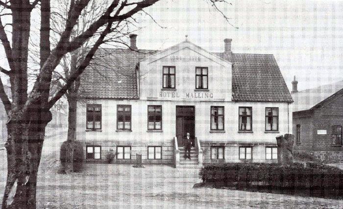 Malling Kro ca. 1920 med ejeren Holger Hansen på trappen. Kroen er opført i 1884. Gæstgiver Godtfrid Jensen og hustru Abne Kirstine Overgård var de første værter på kroen. Kroen brændte og blev genopbygget (formentlig i 1914). Ved senere ombygning blev trappen fjernet, ligesom kro og sal blev sammenbygget. Bemærk i øvrigt mindestenen for købmand Niels Jensen.