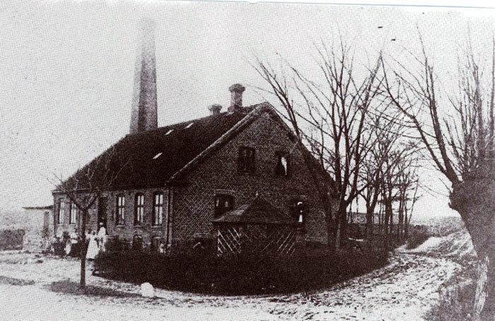Malling Andelsmejeri: Mejeriet i Malling begyndte sin virksomhed 1. november 1889. Sandsynligvis blev det startet af en kreds af egnens landmænd. Mejeriets første formand var gårdejer Jens Christensen, Krekær. En større ombygning i 1929 kostede 70.000 kr. Mejeriet blev nedlagt først i 7o-erne. Senere blev bygningerne revet ned. og i dag er der bygget boliger på området beliggende Bredgade 90.