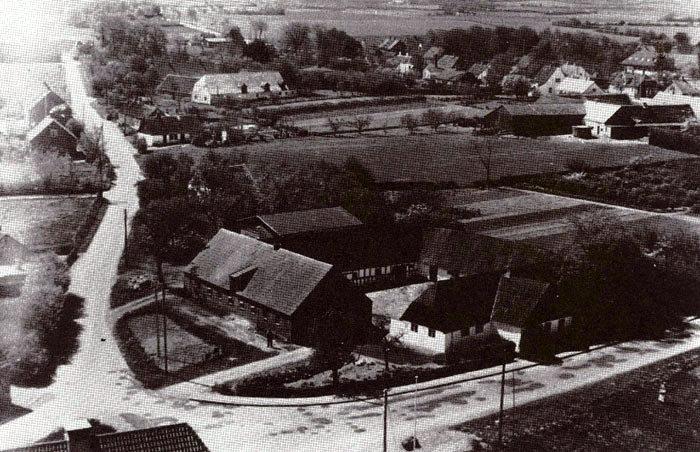 """""""Beder Gammelgård"""": Gården lå på hjørnet af Byvej og Kirkebakken. Den var opført i slutningen af 1700 tallet som fæstegård under Vilhelmsborg. Den sidste ejer, Jørgen Nielsen, solgte gården til Beder-Malling Kommune, der lod den nedrive i 1965 for at give plads til Beder Butikstorv. Jorden, ca. 30 tdr. land, blev udstykket til parcelhusgrunde. Området hedder nu Skoleparken."""