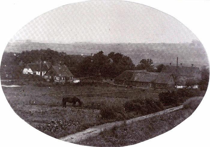 Udsigt over Lillenor fra den gamle skole. Til højre ses Anker Mikkelsens gård. Bindingsværkshuset er opført som aftægtshus ril gården ca. 1915. Bagved boede smed Peter Rasmussen og hans mor i mange år. Gården i baggrunden er Vestergård.