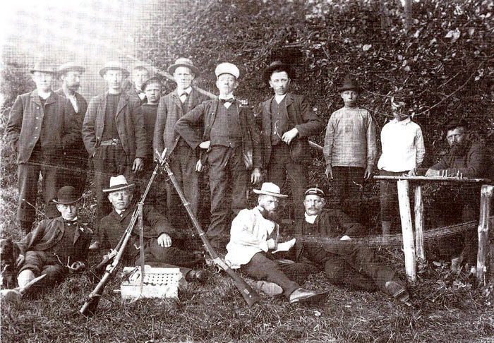 Norsminde Skytteforening 1905. Kender nogen personerne på dette billede, vil Egnsarkivet være taknemmelig for at få navnene.