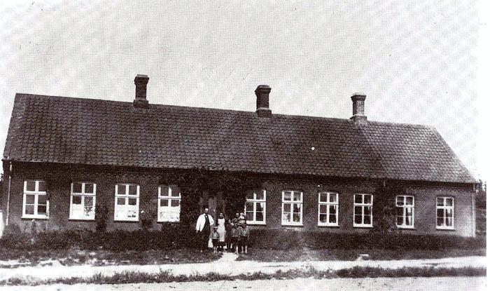 Beder gamle skole på Kristiansgårdsvej, ca. 1913. Skolen blev oprettet i 1891 og fungerede som sådan indtil 1930, da den nye skole blev bygget på Præstegårdens jord. Foran skolen ses: lærer O- Jensen Dybkjær, fru Maren Dybkjær og børnene Marie, Astrid, Jens Christian, Gunnar, Tage og Ivar.