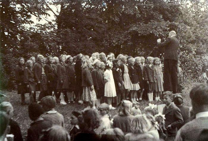 5. juni 1999 er vores Grundlov 150 år. Da den blev vedtaget i 1849. var den en stor forbedring, og igennem mange år er Grundlovsdag blevet fejret som en festdag med møder og taler rundt omkring. Grundloven er grundlaget for vores demokrati og er en af de allerbedste og mest demokratiske love, der tindes i verden. Her er der grundlovsmøde i Egelund på 100 års dagen. Et kor fra Beder Skole under ledelse af førstelærer J. Kirk Dalgaard underholder.