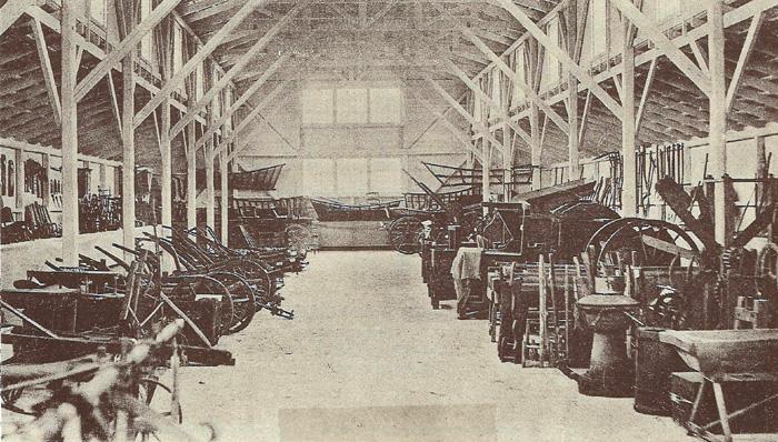 Museet ved Malling Landbrugsskole, Starupvej 20. Landbrugsmuseet indeholdt 0. 1200 numre af gamle redskaber og andre af landbrugets brugsgenstande. Allerede i 1891 havde man talt om et sådant museum, men det blev først en realitet, efter at landsudstillingen i Århus i 1909 var afsluttet, idet en udstillingsbygning derfra blev flyttet hertil og indrettet. Det er den lange røde bygning, der ligger vest for gymnastiksalen. Billedet viser en umådelig smuk trækonstruktion, der vidner om, at det er en udstillingsbygning. Den var tegnet af arkitekt Nyrup, som senere byggede Københavns Rådhus. Museet blev i 1966 tømt for genstande og har siden været brugt til maskinhus.