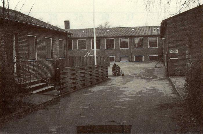Ajstrup Skole ca. 1985. Skolen blev indviet i 1953. I årenes løb har det flere gange været på tale at nedlægge skolen på grund af for få elever. I 1975 blev førstelærerboligen til venstre ledig, og der blev indrettet legestue. Skolen blev nedlagt i 1993, og børnene blev flyttet til naboskoler. Her i efteråret 1996 er der indrettet udflytter-børnehave (Natur-børnehave) i den tidligere skole.