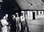 Fam. Sønnichsen. Fra v. yngste datter Inger Margrete, Far Hans S., Mor Marie Kirstine, Søn Svenn med studenterhue, søn Henning og Poul H. Stormgård