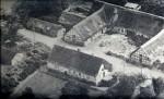 Billede taget fra kirketårnet i 1955. Nederst til højre det besfæstede tårn udgravet i 1942. Forrest Lundshøjgård set fra haven. Overfor ses avlsbygningerne.