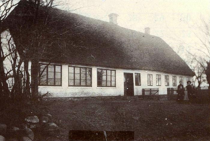 Seldrup Skole, Fuldenvej 135, opført 1791. I starten blev der undervist i højre side af huset i stuen længst oppe ved gavlen. det var børn fra Seldrup, Fulden, Bispelund og Fløjstrup mark, der gik i skolen. Omkring 1810 blev der bygget et egentligt klasseværelse til, det er skolestuen til venstre for døren. Skolen blev nedlagt i slutningen af april 1930, da Beder-Seldrup skole på Kirkebakken blev indviet.