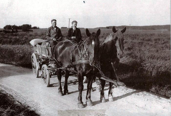 Et fredfyldt billede fra før motoriseringens tid. Fa. J. Torstensens hestekøretøj fragter varer ud til kunderne. Her er Jens Peter Jensen og Erik Frausing på vej fra Beder mod Fløjstrup i 1926.