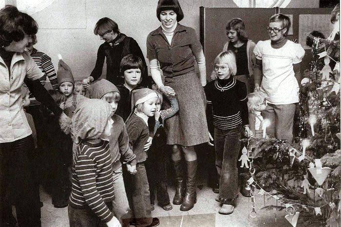 Julefest i legestuen ved Beder gl. skole i 1975. Legestuen har til huse i den tidligere lærerindebolig og blev startet på privat initiativ. Den er forældredrevet med en skiftende gruppe af mødre 0g fædre. De børn og voksne, der deltog i julefesten, var bl.a.: Edith Bisgaard, Ingrid Vistisen, Hanne Mikkelsen og Lise Jørgensen. Blandt børnene ses: Tina Mikkelsen og Vibeke Vistisen. Hvem kender de øvrige deltagere i julefesten?