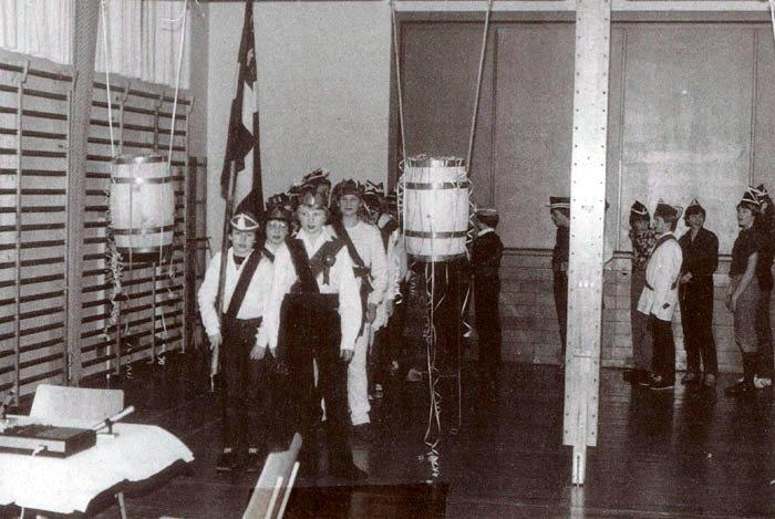 Fastelavnssoldater til tøndeslagning i Malling Skoles gymnastiksal i 1982. Den ældste dreng i 7. kl. var konge, her har Erik Rasmussen kongekronen på. Fastelavnsmandag og ofte også om søndagen gik soldaterne iført hvide skjorter, skærf og bukser med galoner fra hus til hus i hele skoledistriktet. De sang en særlig fastelavnssang og modtog så penge. Derefter kvitterede de med en sang, hvormed de inviterede til fest. Hver soldat inviterede en pige med, og de indsamlede penge betalte festen. Da mange drenge efterhånden ikke gad at gå rundt, blev de erstattet af de piger, som havde lyst. Skikken eksisterer nu kun få steder.