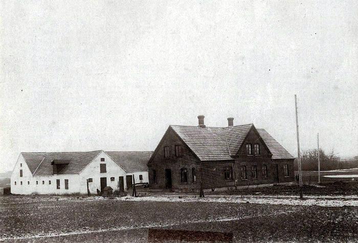 """Beder Nygaard, Beder Landevej 115. Beder Nygaard har været fæstegård under Vilhelmsborg og lå i 1700-tallet midt i Beder by, hvor nu Beder-Malling Boligforening har bygget de nye ungdomsboliger. Omkring 1850 flyttedes gården ud på jorden bag ved Egelund, tæt på den nuværende skolesti. Gården brændte i 1912, og den nye gård blev bygget ved den nuværende vej fra Malling til Beder. Billedet er sandsynligvis fra kort efter opførelsen i 1912. Til højre i billedet ses """"Egelund""""."""