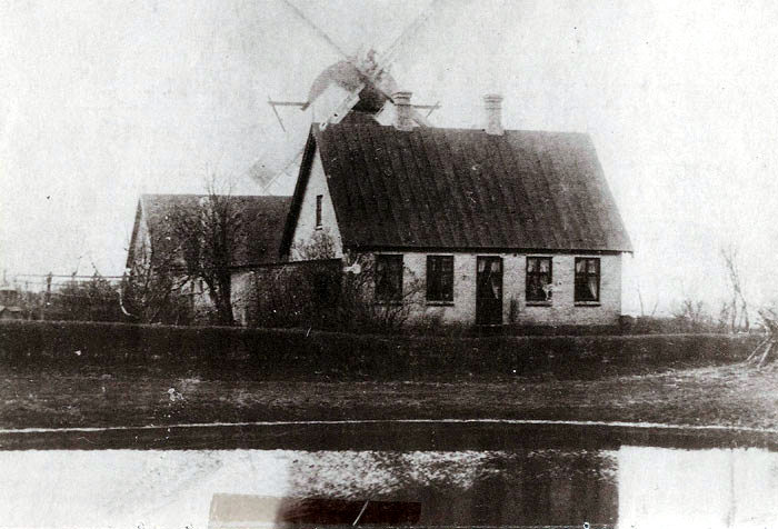 """Vindmøllen i Beder lå lige bag bydamrnen. Stuehuset ligger der endnu. Der var i midten af 1800-tallet såkaldt """"mølletvang"""", dvs. at bønderne skulle have deres korn malet på godsets møller. Det bekom ikke gårdmanden Mikkel Mikkelsen Fogh ret godt, så han byggede sely en vindmølle på sin jord og ansatte en dygtigmøllersvend, som boede i møllerhuset. Mikkel Fogh solgte møllen i 1869, den brændte omkring år 1910."""