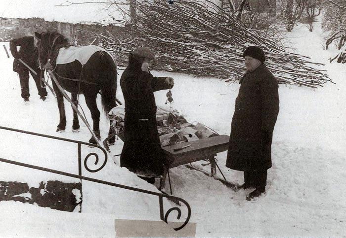 Vintrene var strenge under 2. Verdenskrig, så slagter Albert Veng fra Beder kørte ud til kunderne med slagtervarerne på en kane. Her er han nået til Marius Hansens gård i Fulden. Hvem er kunden, der får vejet sit kød af Albert Veng?