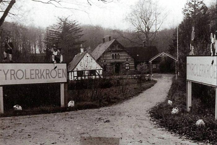 """""""Frederiksdal"""". Her har været skovriderbolig i næsten 100 år. Den første bolig var en trelænget, hvidkalket gård, som kort før 1900 blev revet ned og erstattet af de nuværende bygninger. I et par årtier var den udlejet, indtil der blev indrettet Tyrolerkro omkring 1943. Nu huser den arkitektfirmaet Møller og Grønborg."""