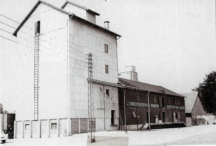 Dette billede fra Stationspladsen i Malling er snart fortid. Når Århus Kommune er klar med en lokalplan for området bliver bygningerne revet ned og erstattet med boliger. Den røde bygning til højre er opført i 1920-erne, mens siloen til venstre stod klar i 1966.