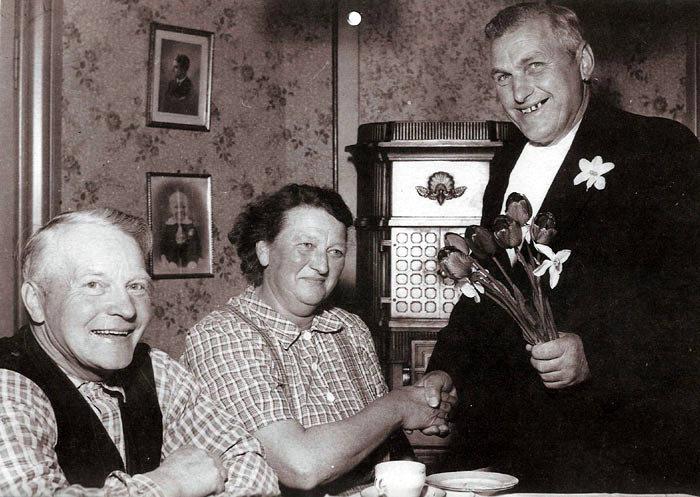 Ivar og Krista Alstrup Nyvang, Tisetvej 140, vandt i 1958 en tolver i tips, den gav ca. 100.000 kr. Grisehandler Niels Andersen lykønsker med gevinsten.