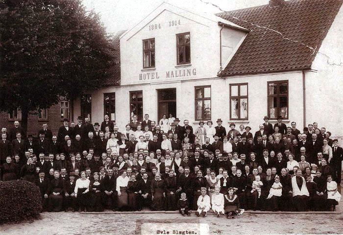 Øvle slægten fotograferet foran Hotel Malling på Stationspladsen i 1917. Øvleslægten kan føre sin stamtavle tilbage til ca. 1500. Sammenkomsten i 1917 fandt sted for at fejre dannelsen af Foreningen for Øvleslægten. Hotel Malling blev bygget i 1884 og fungerer fortsat som Malling kro.