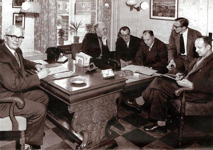 Lærermøde på Malling Landbrugsskole i 1952. Ved skrivebordet forstander Larsen Sørensen. Fra venstre: H. C. Jensen, Jens Arbjerg Pedersen, Niels Lykke Hesselbjerg, Per Jacobsen, E. Stubagcr Sørensen.