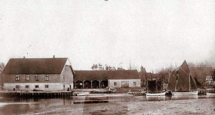 Norsminde Handelsplads i 1901. Til venstre ses selve handelspladsen, som den også fremstår i dag. Slæbestedet, hvor bådene blev trukket op, er lige til højre for huset. I baggrunden ses hestestald og lagerplads. Norsminde er på dette tidspunkt begunstiget af god vanddybde, og at havnen ligger godt i læ. Sejlads med personer og stykgods til Tunø og Samsø udgår herfra. Der er også livlig trafik til andre kystbyer f.eks. Saxild og Hou. Etableringen af jernbanen bliver en katastrofe for Norsminde Handelsplads, fordi handel og industri etableres langs jernbanen. Kornlofter og stalde rives ned, og i 1990´erne lukkes Handelspladsen helt.