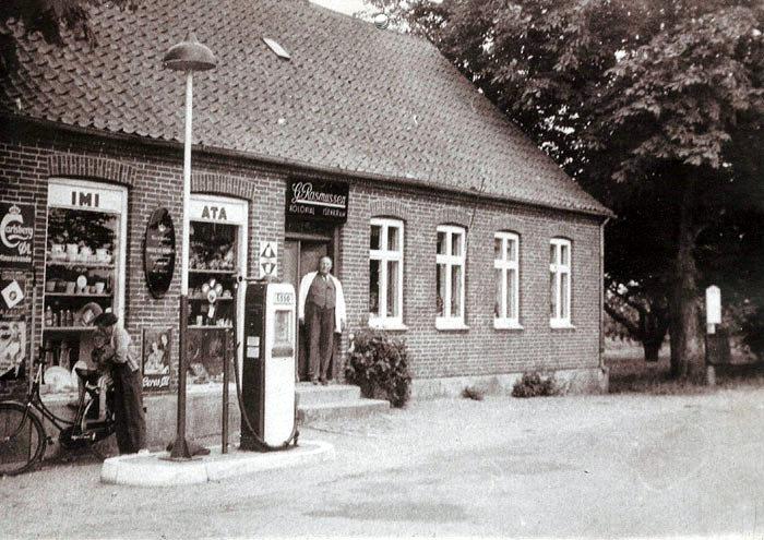 Elmosevej 89, Neder Fløjslrup. Købmand Gunner Rasmussen og Katrine havde forretning i mange år. De solgte omkring 1965-66. l 1971 brændte den. I dag er der privat beboelse.