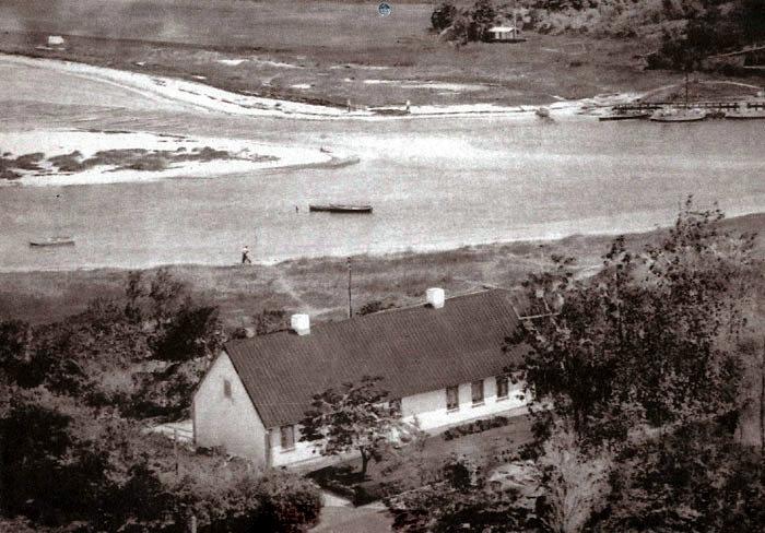 """Norsmindevej 215 også kaldet """"Fiskemine's hus"""". Billedet er fra 1956, da var der ingen lystbådehavn og ingen sommerhuse på bakken øverst."""