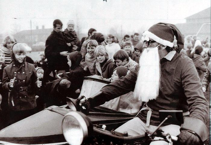 Lærer og leder af Egnsarkivet Anders B. Nørgaard her i rollen som julemand på Harley med sidevogn. Malling Brugsforening arrangerede julefesten, hvor børnene bl.a. kunne få en tur i sidevognen. Foto 1972