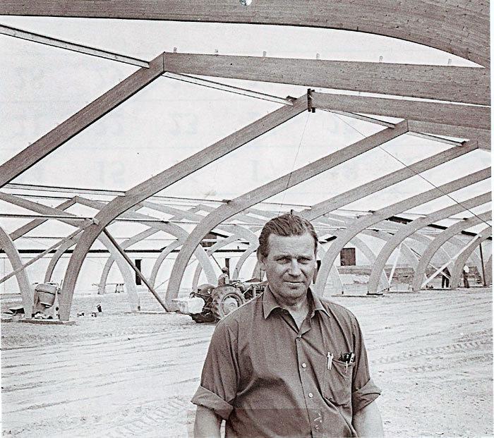 Fabrikant Ejgil Stitz Nielsen 26, juni 1970. Pedholt Maskinfabrik, Stampvej 122, har rejsegilde på den fjerde hal. Eigil Stitz begyndte som landsbysmed med bl. a. reparation af landbrugsmaskiner. Maskinfabrikken producerede forskelligt udstyr til industrien.