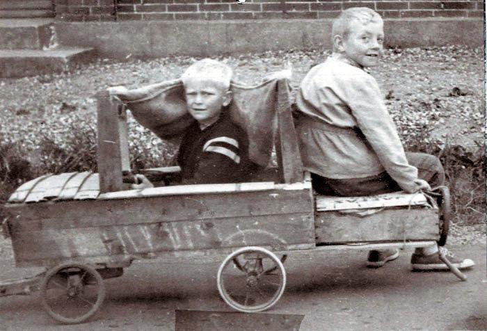 Foråret er kommet, og i Neder Fløjstrup har Ole Nielsen og Lars Knudsen lavet sig en fin sæbekassebil.  Foto 1950.